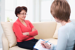 Une femme agée parlant au psychologue photos stock