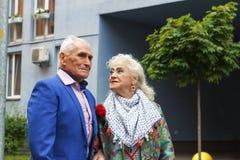 Une femme agée regarde avec amour son mari plus âgé Le concept : amour, famille, bonheur Images libres de droits