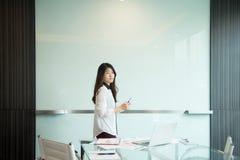 Une femme asiatique d'affaires présent sur le tableau blanc vide dans le meetin Photo stock