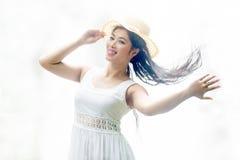 Une femme assez asiatique lançant ses cheveux images stock