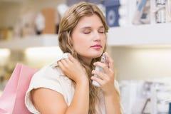 Une femme assez blonde dans une parfumerie Image stock