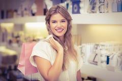 Une femme assez blonde dans une parfumerie Photographie stock