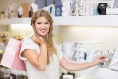 Une femme assez blonde dans une parfumerie Photos libres de droits