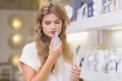 Une femme assez blonde dans une parfumerie Photos stock