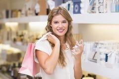 Une femme assez blonde dans une parfumerie Photo stock