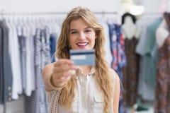 Une femme assez blonde montrant ses cartes de crédit Images stock