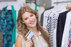 Une femme assez blonde montrant ses cartes de crédit Images libres de droits