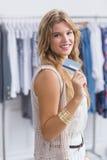 Une femme assez blonde montrant ses cartes de crédit Photo libre de droits
