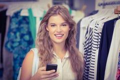Une femme assez blonde montrant ses cartes de crédit Photographie stock libre de droits