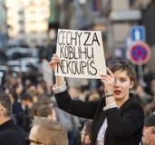 Une femme assistant à la démonstration sur la place de Prague Wenceslas contre le ministre du gouvernement actuel et des finances Images stock
