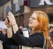 Une femme assistant à la démonstration sur la place de Prague Wenceslas contre le ministre du gouvernement actuel et des finances Image libre de droits