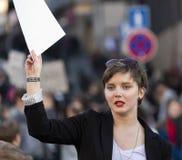 Une femme assistant à la démonstration sur la place de Prague Wenceslas contre le ministre du gouvernement actuel et des finances Photo libre de droits