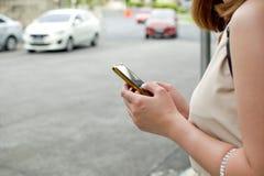 Une femme attend le taxi Images libres de droits