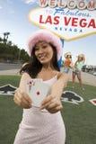 Une femme attirante tenant jouer des cartes Photographie stock libre de droits