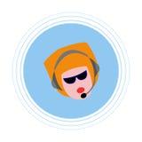 Une femme avec les cheveux rouges avec des écouteurs avec le microphone Icône plate Photos stock