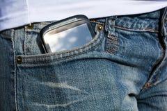 Une femme avec Smartphone dans sa poche de pantalon Images stock