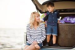 Une femme avec un enfant dans la voiture Image stock