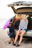 Une femme avec un enfant dans la voiture Photos libres de droits