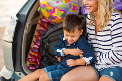 Une femme avec un enfant dans la voiture Photographie stock