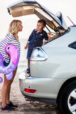 Une femme avec un enfant dans la voiture Image libre de droits