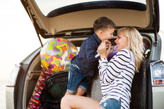 Une femme avec un enfant dans la voiture Photographie stock libre de droits