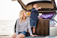 Une femme avec un enfant dans la voiture Photos stock