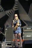 Une femme avec un tuyau au microphone image stock