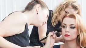 Une femme blonde dans le studio de cheveux images stock