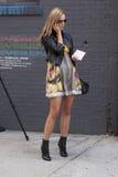 Une femme blonde parlant à son téléphone à New York Photographie stock libre de droits