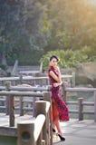 Une femme chinoise classique habillée dans le cheongsam Image stock