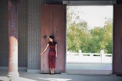 Une femme chinoise classique habillée dans le cheongsam Photos libres de droits