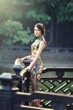Une femme chinoise classique habillée dans le cheongsam Photographie stock libre de droits