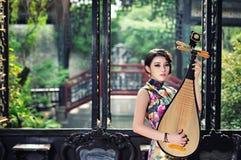 Une femme chinoise classique habillée dans le cheongsam Images stock