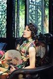 Une femme chinoise classique habillée dans le cheongsam Photographie stock