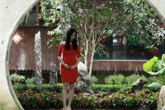 Une femme chinoise dans la robe rouge en ville antique de Feng Jing Photo stock