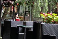 Une femme chinoise dans la robe rouge en ville antique de Feng Jing Photos libres de droits