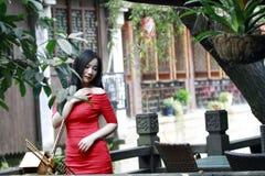 Une femme chinoise dans la robe rouge en ville antique de Feng Jing Image libre de droits