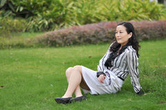 Une femme chinoise sur l'herbe Images stock