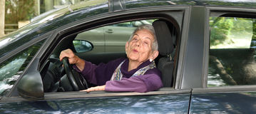Une femme conduisant sa voiture Photos libres de droits