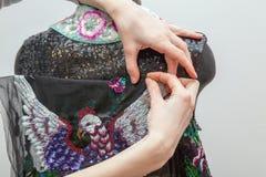 Une femme crée les vêtements exclusifs Image libre de droits