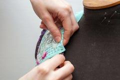 Une femme crée les vêtements exclusifs Photo libre de droits