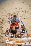 Une femme détend avec des cuvettes de chant sur son corps Photos libres de droits