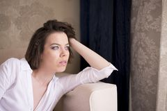 Une femme détendant sur son divan Images stock