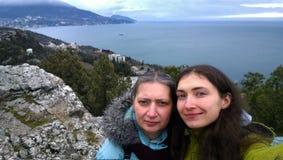 Une femme développée avec sa jeune fille faisant des selfies sur la montagne pendant le voyage photo stock