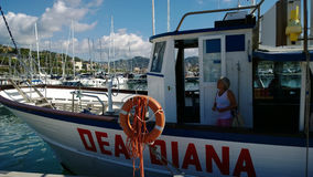 Une femme développée sur le bateau DEA DIANA dans les Imperia pendant la régate photos stock