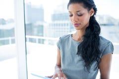 Une femme d'affaires focalisée à l'aide du comprimé numérique Photo libre de droits