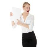Une femme d'affaires retenant le panneau blanc Photos stock