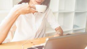 Une femme d'affaires travaillant sur l'ordinateur portable Photos stock