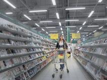 Une femme d'aspect caucasien fait des achats au supermarché La Russie, été 2017 photo libre de droits