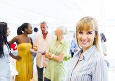 Une femme d'entreprise gaie avec ses collègues au fond photos libres de droits